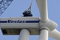 Novou osmnáctitunovou převodovku dostala ve středu sto metrů vysoká větrná elektrárna v Kámeni. Do této výše vyzvedl nové soustrojí nejvyšší autojeřáb v Česku, který měří neuvěřitelných 120 metrů.