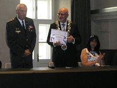 Hasičům náleží úcta, říká brodský starosta Jan Tecl na snímku vpravo.