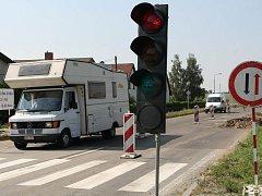Dopravní omezení jsou nutným zlem při silničních opravách. Ve Śmolovech  byl zvolen způsob střídavého provozu po jedné polovině vozovky.