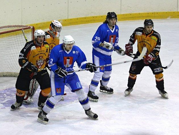 Jasnou záležitostí se stalo okresní derby v krajské hokejové lize, když hokejisté Světlé nastříleli Ledči sedm branek.