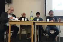 Rozpravu moderoval Jan Schneider (zleva), vedle něho seděl Jan Líman, Libor Honzárek a Zdenek Sendler.