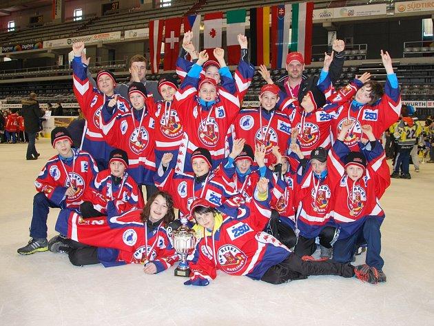 Vítězové.  Úspěšný tým brodských žáků HC Rebel po vítězství nad švýcarským Zürichem.