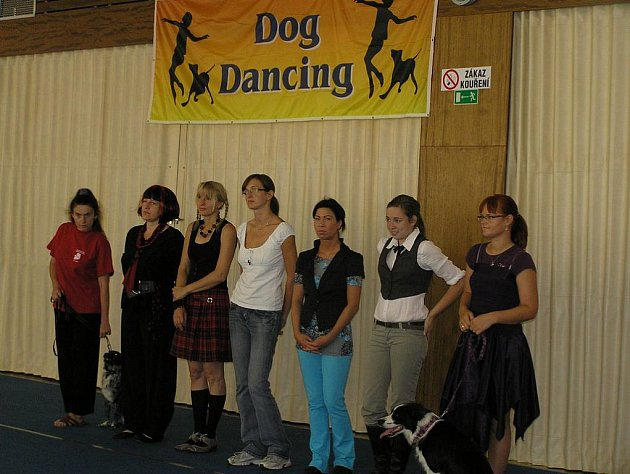 DOG DANCING. Členové českého klubu Dog dancing patří ke světovým špičkám. Vanda Gregorová, druhá zprava, sbírá medaile na mezinárodní úrovni. Její kolegyně Alena Smolíková třetí zprava, zatlačila do pozadí i zkušené závodníky na britské prestižní soutěži