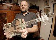 Mezi patnácti nominovanými českými reáliemi, z nichž bude vybráno finálových pět, figurují i křišťálové housle z dílny krucemburského sklářského výtvarníka Jaroslava Šlechty.