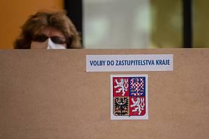 Volby do zastupitelstva Kraje Vysočina ve volební místnosti v Havlíčkově Brodě.