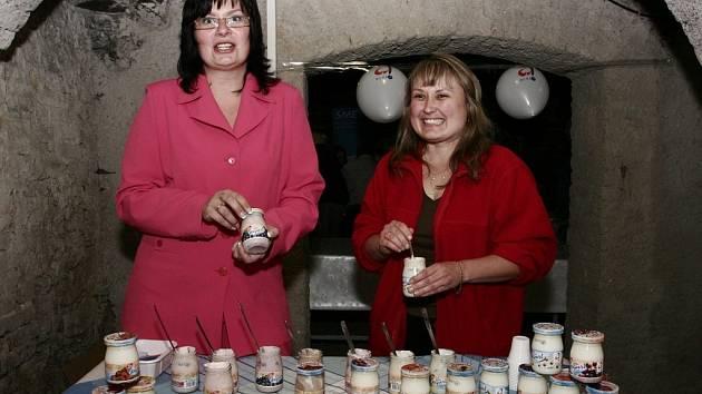 Hana Leherová (vlevo) a Michaela Svačinová si domů vezly cenu za 2. místo v kategorii Zakysané a mléčné výrobky.
