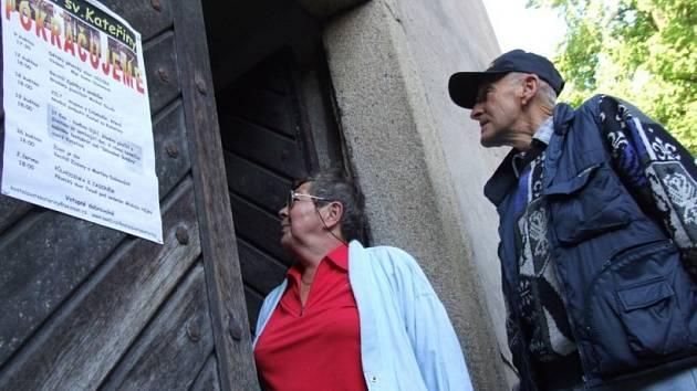 Pokračují. V sobotu se opět otevřely dveře do kostela sv. Kateřiny. Desítky lidí si přišly poslechnout recitál písničkáře Michal Slavíka.