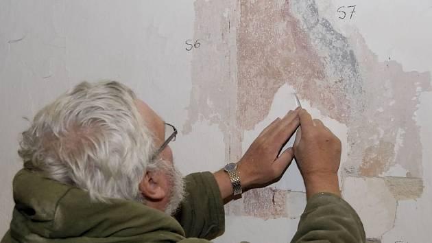 Průzkum vrstev omítek. V presbytáři klášterního kostela našel Otakar Marcin malby hned na dvou vrstvách omítek.