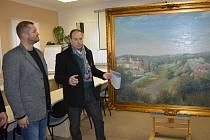 Autor obrazu Milan Lepeška (vpravo) popisuje starostovi města Janu Tourkovi co bylo záměrem a s jakými úskalími se během malování obrazu potýkal.