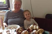 """""""Moje dcera Vendulka s babičkou čistí houby, které nám přinesla teta Pavla,"""" říká čtenářka ke svému příspěvku."""