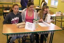 V prvním ročníku vědomostní soutěže školáci odpovídali na různé záludné otázky z oblasti financí a také plánovali školní výlet s finančním limitem.