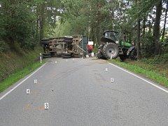 Silnici zablokoval traktor s přívěsem.