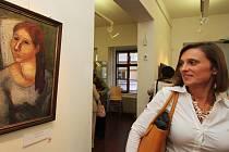 Jedna z návštěvnic páteční vernisáže si prohlíží olej Bulharská dívka.