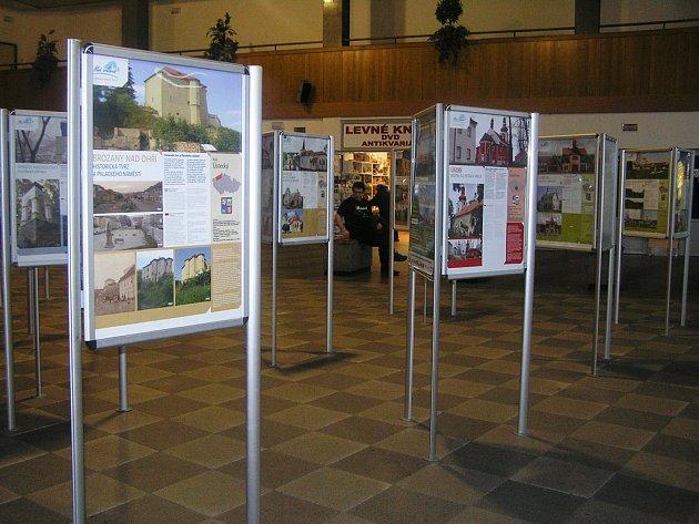 Včera a dnes. Jak vypadaly některé památky v Čechách před a po rekonstrukci ukazuje na nádraží v Brodě zajímavá výstava.