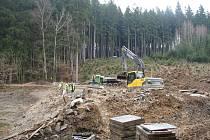 Práce na revitalizaci Cihlářského potoka a rybníků, které leží na jeho toku, začaly už na jaře. První část prací, která byla zaměřena na nejsevernější vodní plochy, se blíží k závěru.
