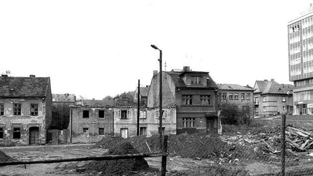 Ne zrovna úchvatný pohled na již polorozbořené původní havlíčkobrodské Smetanovo náměstí v roce 1972, kdy začalo ustupovat nové bytové zástavbě.