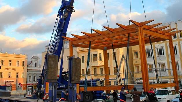 Dřevěná tribuna se po zimní přestávce vrací na Havlíčkovo náměstí.
