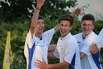 Dejte mi míč a pojďte se radovat, jako by ukazoval futsalový mistr ČR Michal Mareš (vlevo) při radosti z rozhodujícího gólu z 85. minuty.