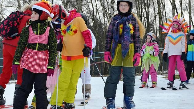 Po svahu se prohánělo na padesát malých i velkých lyžařů v maskách.