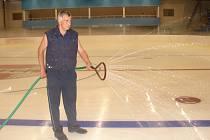 Až čtyřicet vrstev musí mít led na stadionu v Pěšinkách, aby něco vydržel.