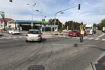 Na křižovatce nefungovaly semafory, protože stavbaři museli celou světelnou signalizaci přepojit a připravit na finální spuštění. Dopravu na místě řídila policie.