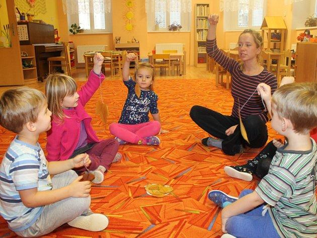 Učitelka Petra Adamcová s dětmi při hravé logopedické chvilce.