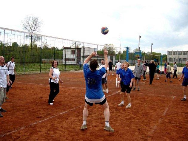 Boj o každý balon. Hned úvodní úterní zápasy nově založené amatérské volejbalové ligy se vyznačovaly urputným bojem hráčů o každý míč.