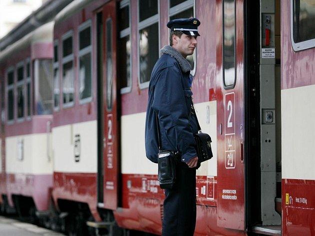 Chvíle čekání. Těch si cestující na dráze užijí občas dost. Přesto – vlaky rozhodně patří mezi nejbezpečnější, nejpohodlnější a nejekologičtější dopravní prostředky (ilustrační foto).