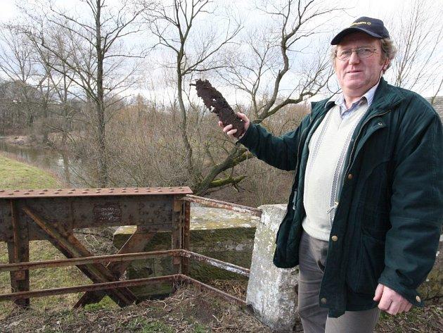 Ze 117 let starého a všehovšudy jednou natřeného železného mostu v Okrouhlici se odlupují kusy železa. Starosta obce Vladimír Šimek je však bezradný, na antikorozní barvu samospráva nemá peníze.