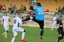 Sedm gólů viděli diváci ve Světlé, kde hrála Havlíčkova Borová (v bílém). Domácí vedli už 4:0, ale v závěru hosté udělali ze zápasu drama, kdy se jim podařilo snížit na rozdíl jedné branky.