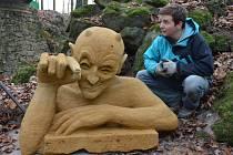 Autorem sochy čerta v zámeckém parku je Nikolas Vrána.