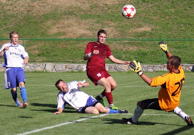 Padli. Fotbalisté Herálce (v bílém) prohráli v Borové 3:1. Na snímku domácí Petr Rakušan překonává gólmana Koubka, v té době upravoval na 2:1.