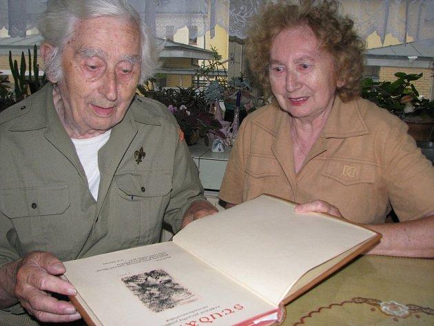 Manželé Evžen a Marta Štáflovi listují v kronice, kterou jim komunisté na krátký čas zabavili. Ručně psaná kronika zaznamenává historii skautingu v Havlíčkově Brodě od roku 1919 do roku 1945.