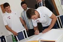 Do pamětní knihy se na havlíčkobrodské radnici kromě Miloše Říhy zapsal i útočník Petr Průcha a brankář Jakub Štěpánek (zcela vlevo).