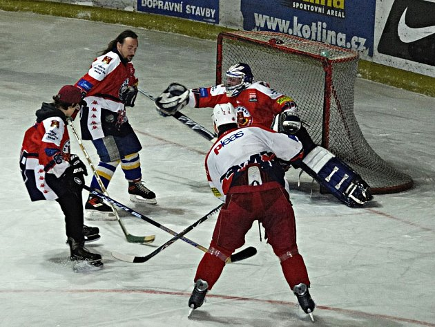 Fanoušci prvoligových hokejistů (v červeném) změřili na závěr sezony síly s jejich miláčky (v bílém). O výsledek příliš nešlo, hlavně šlo o dobrou zábavu.