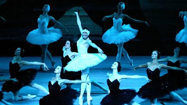 Balet v ruském podání. Záznam z petrohradského divadla jistě nebude o nic méně velkolepou podívanou, jakou bylo provedení Labutího jezera v podání moskevských umělců (na snímku).