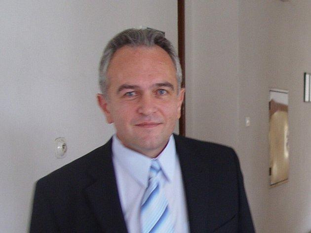 S úlevou od soudu. Primář chirurgického oddělení Miroslav Zahálka odcházel od soudu spokojen. Soudkyně během několika desítek minut vynesla v jeho kauze osvobozující verdikt.