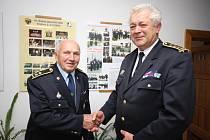 Mezi prvními Karlu Heroldovi (vlevo) v sobotu v Přibyslavi blahopřál starosta okresního sdružení hasičů v Havlíčkově Brodě a krajského sdružení hasičů na Vysočině František Grubauer.