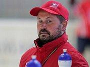 Hokejový trenér Jiří Mička (v modrém na střídačce Horácké Slavie Třebíč) se nedočkal vytoužené nabídky z extraligy, proto bude i v této sezoně působit v kanadském amatérském hokeji.