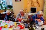 Obyvatelé Domova důchodců neviděli své blízké celé měsíce. těší se, že se ho dočkají, díky očkování.  Ilustrační foto