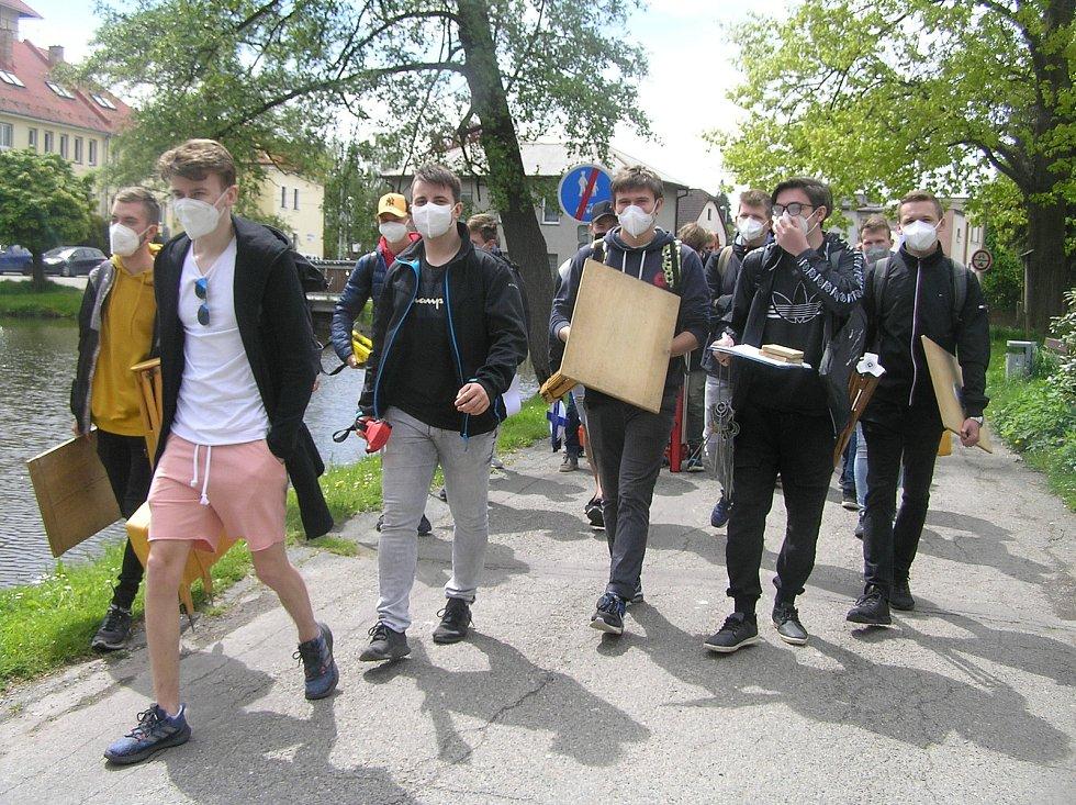 Studenti Střední průmyslové školy stavební akademika Bechyně z Havlíčkova Brodu se na první hodiny vydali do terénu na geodetické měření.