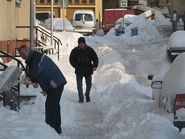 Technika i lidé na Havlíčkobrodsku likvidovali v průběhu čtvrtka první letošní pořádnou nadílku sněhu. Na brodském sídlišti V Rámech přiložili ruku k dílu i sami obyvatelé.