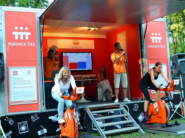 Do šlapání na oranžovém kole se zapojily i zástupkyně Fondu ohrožených dětí i neonatologického oddělení Všeobecné fakultní nemocnice v Praze.
