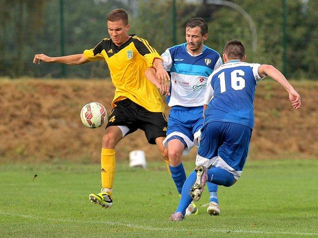 Hrdinou se v derby o čelo tabulky stal ždírecký Jakub Fikar (ve žlutém), který po přestávce jedinou trefou zápas rozhodl a navýšil náskok svého týmu na pět bodů.