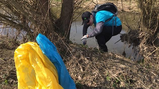 Radní Zbyněk Stejskal se společně se svým synem Brunem a dalšími dobrovolníky zapojil do sběru odpadu a čištění řeky Sázavy.