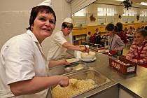 V některých školách výdej porcí navazuje na vlastní kuchyni, jinde je pouze výdejna a hotová jídla se vozí z jídelen nebo vyvařoven, které neprovozuje škola.