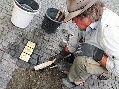 Kameny zmizelých vsadí ve středu do chodníku před domem číslo popisné 257 ve Fominově ulici za Maxe, Irmu a Zdeňka Schenkelovy autor mezinárodního projektu Stolpersteine Gunter Demnig. Ilustrační foto.