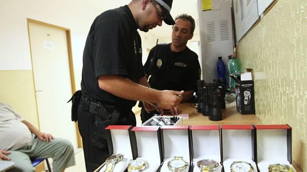 Podvodníci se mohou vydávat například i za prodejce rádoby luxusního zboží. Takového podvodníka i se zcela lacinými imitacemi hodinek a drobného elektrozboží před časem zadrželi například strážníci v severočeském Litvínově.