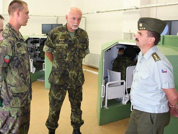 Armádní generál Hynek Blaško (uprostřed) nemá od neděle 4. května o svém synu Jakubovi žádné zprávy.