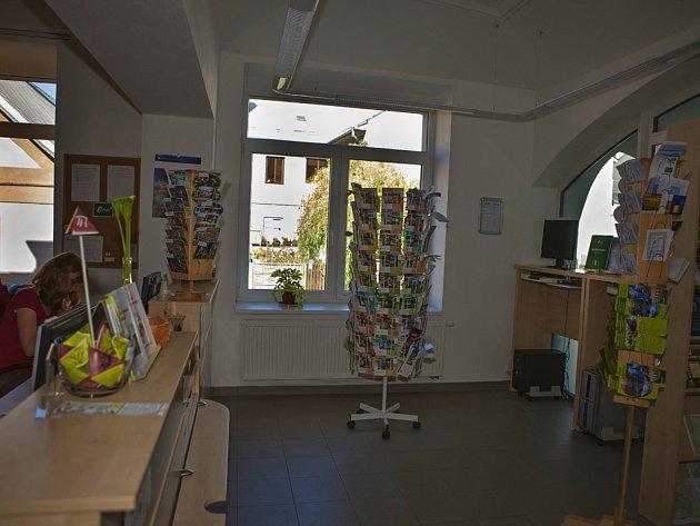 Nově se dají ve zrekonstruovaných prostorách půjčovat také trekové hole.
